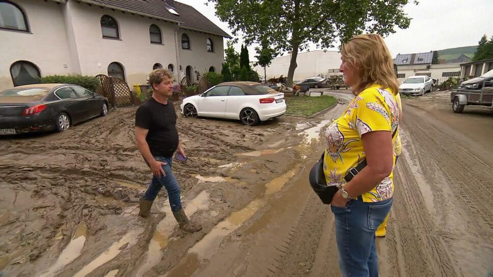 Regine Hornack llega por primera vez a su casa desde que salió de vacaciones y las inundaciones causaran estragos en su poblado, en Renania del Norte-Westfalia.