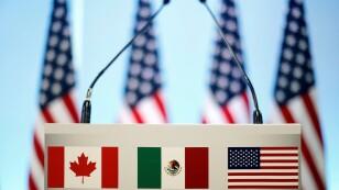 Foto de archivo. Banderas de México, EEUU y Canadá en un atril durante las conversaciones sobre el TLCAN en Ciudad de México