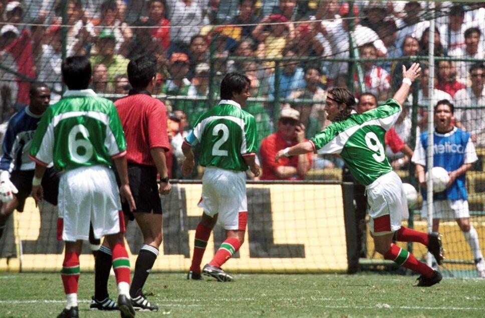 De Nigris mojando con la Selección Mexicana
