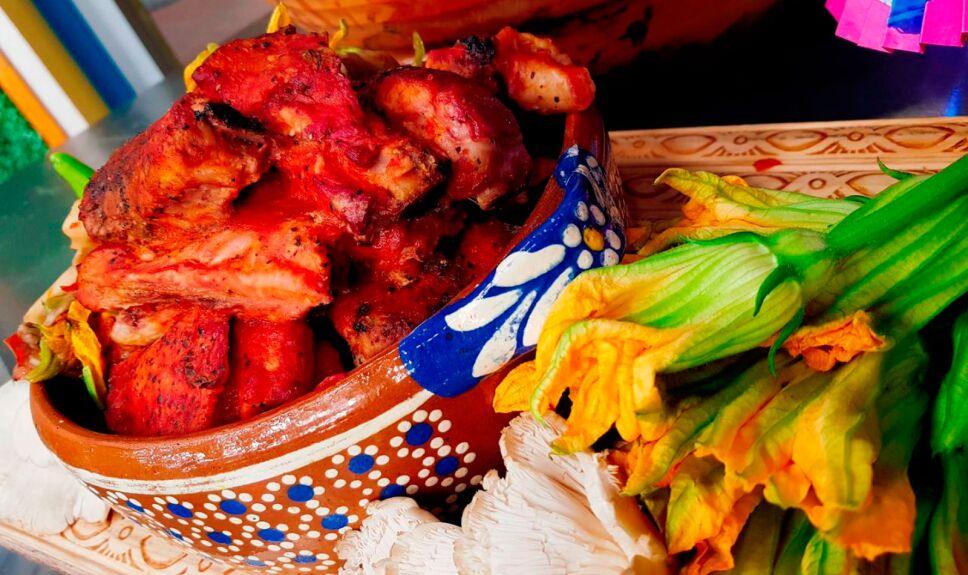 Costillas de cerdo con hongos y flor de calabaza