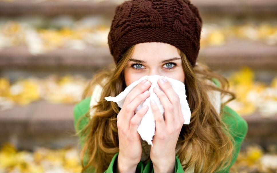 El frío es uno de los agentes externos que más lastima la piel: la barrera epidérmica se vuelve más frágil, hay mayor riesgo de ruptura y una menor elasticidad todo eso maltrata tu piel.