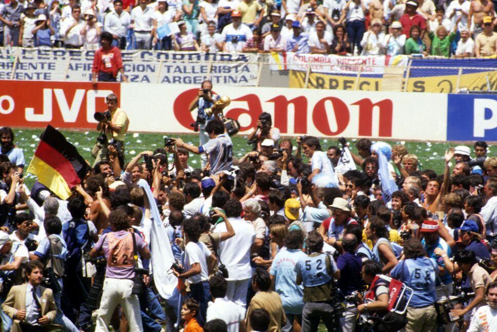 Diego Maradona dando la vuelta al mundo en el Estadio Azteca