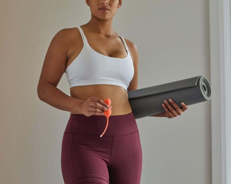 mujer ejercicios con juguetes para fortalecer suelo pelvico