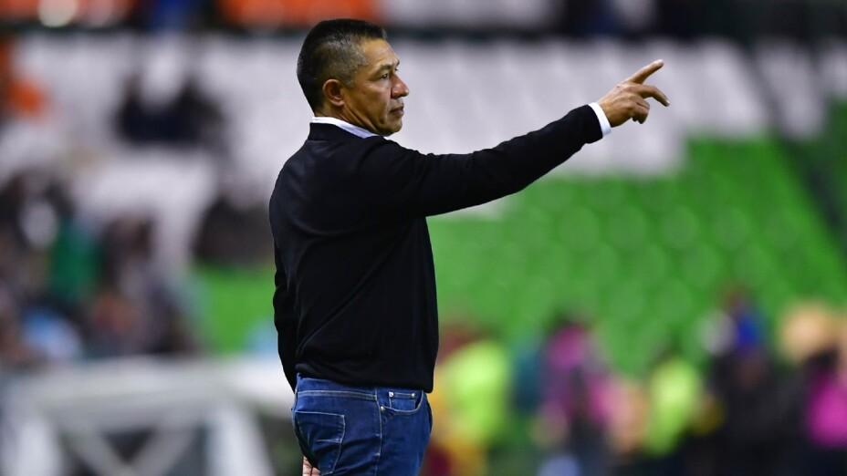 Ignacio Ambriz dirige un juego de Liga MX