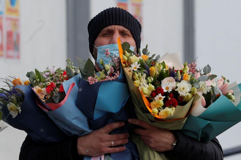 Un hombre lleva flores en el Día Internacional de la Mujer en Moscú