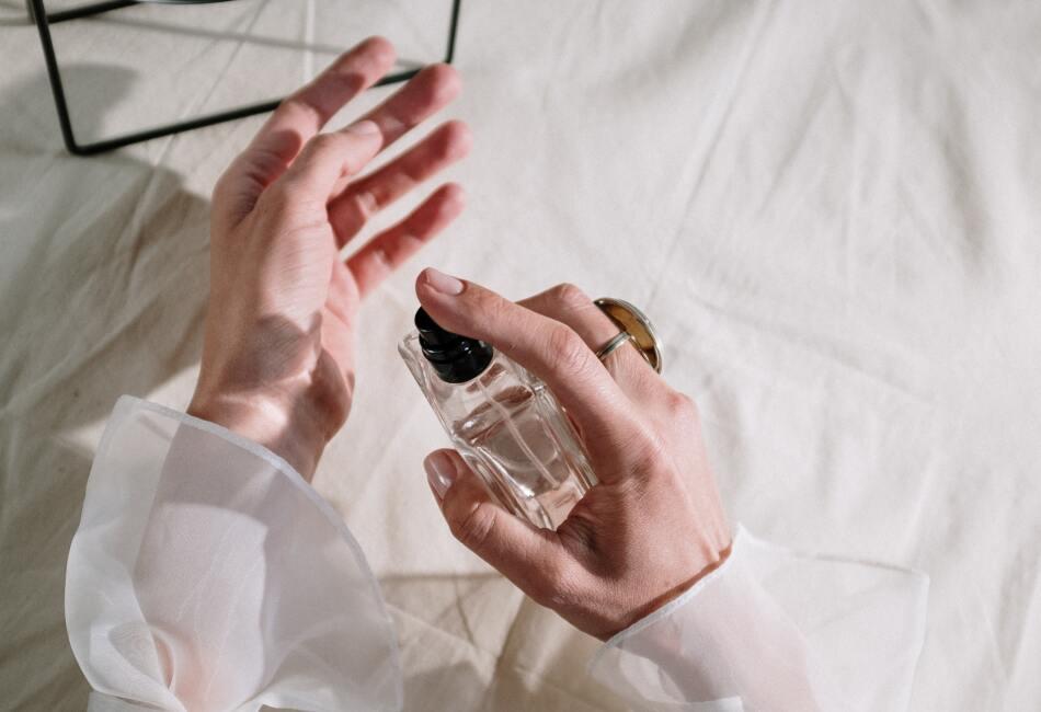 Las mejores zonas. Las mejores zonas del cuerpo para rociar tu perfume son las áreas cálidas como el cuello, detrás de las orejas, las muñecas y detrás de las rodillas y los codos.