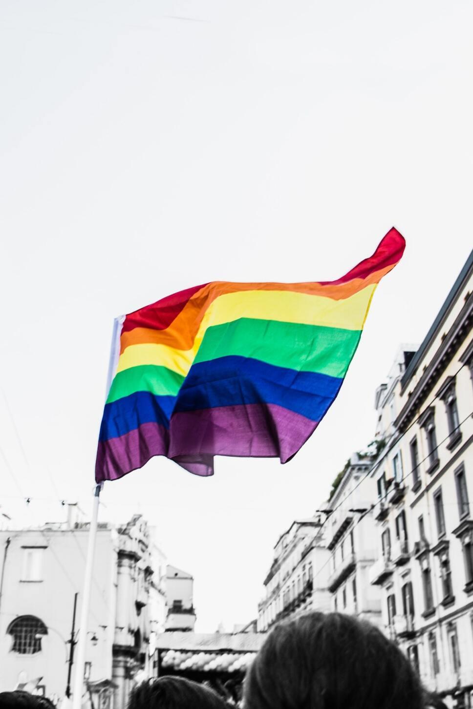 El símbolo del Pride bandera en junio