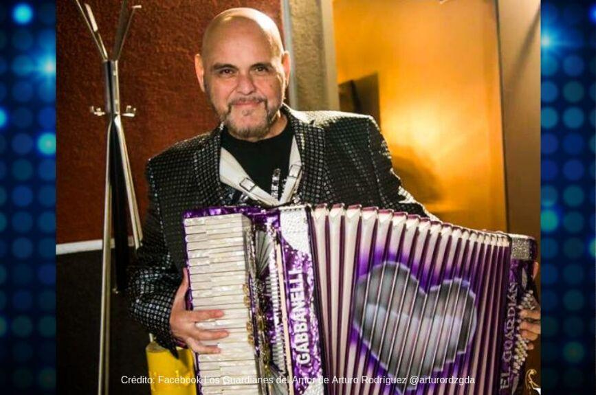Arturo es vocalista y acordeonista de Guardianes del Amor.