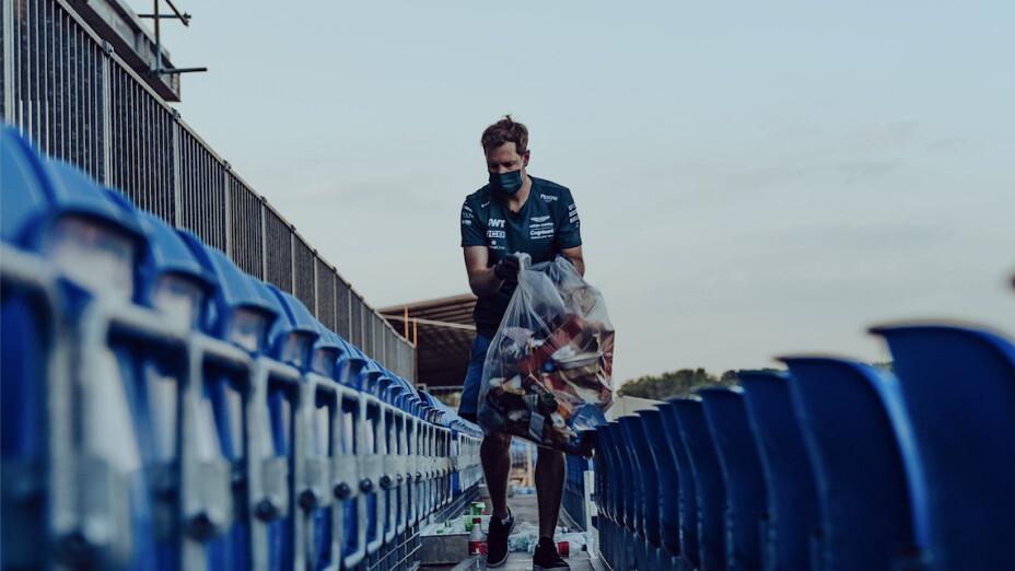 Sebastian Vettel ayuda a recoger basura en la Fórmula 1