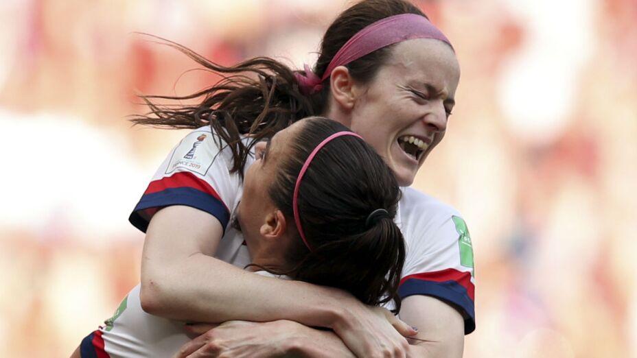 La mediocampista de Estados Unidos Rose Lavelle, arriba, celebra con Alex Morgan tras anotar el segundo gol de su equipo en la final de la Copa del Mundo contra Holanda. Imagen, AP.