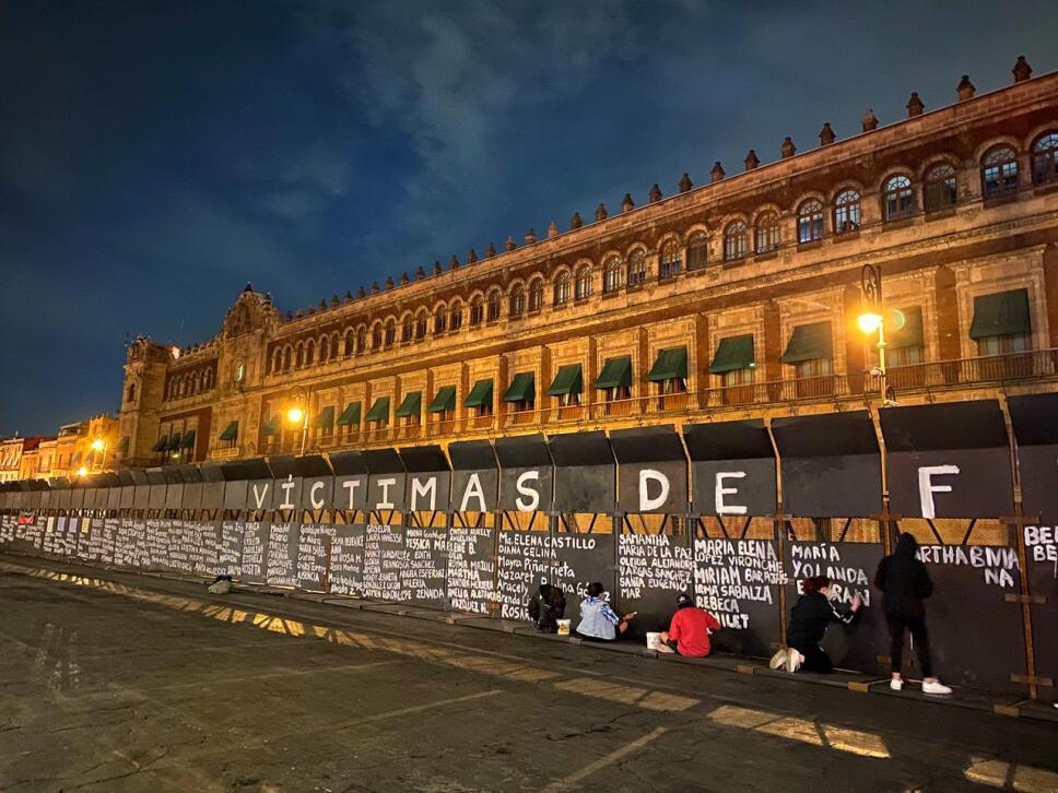 Feministas Intervienen El Muro De Paz En Palacio Nacional
