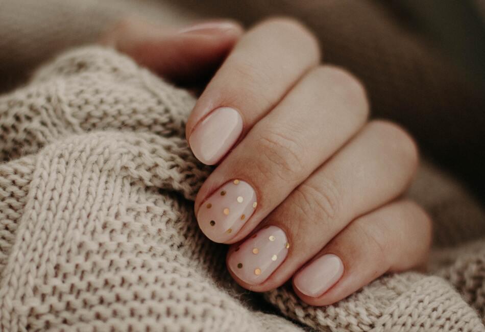 Hidrátalas. Así como hidratas tu piel, es necesario hidratar las uñas. Esta hidratación la puedes conseguir a través del consumo del agua y mediante aceites.
