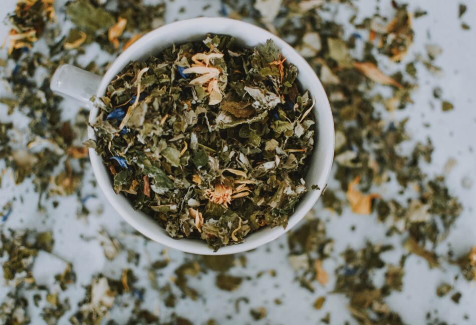 Mejora la concentración. El té verde es una gran fuente de cafeína, por lo que ayuda a mantenernos activos y a mejorar nuestra concentración.
