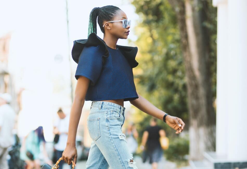 Pantalón a la cintura. Además de estilizar tu figura, los pantalones a la cintura harán que tus piernas se vean más largas y por ende, te veas más alta.