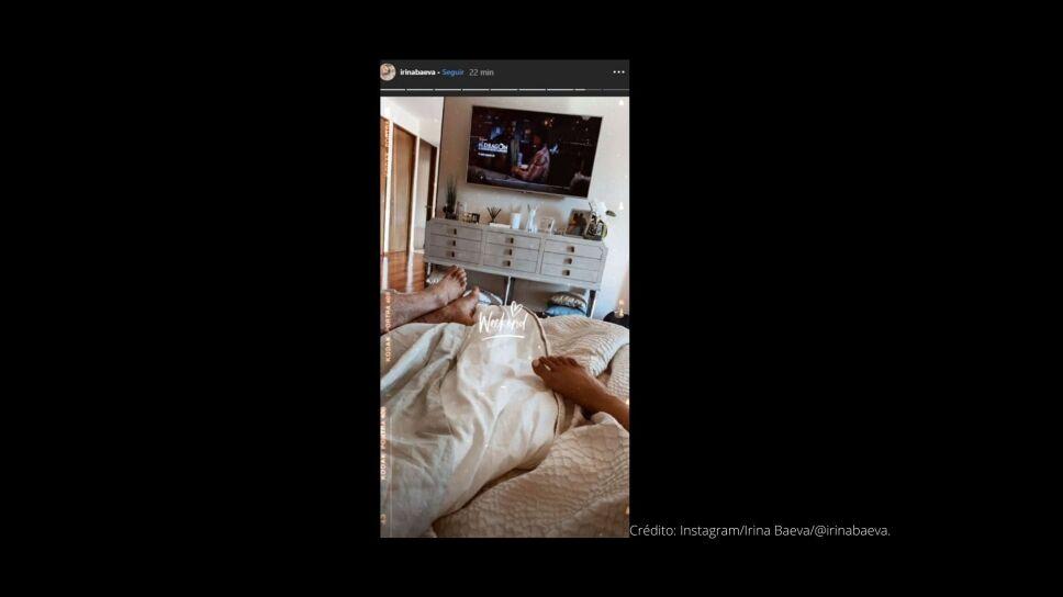 Historia de Instagram de Irina Baeva con Gabriel Soto en la cama en la que se ve los pies de los actores mientras ven la televisión.