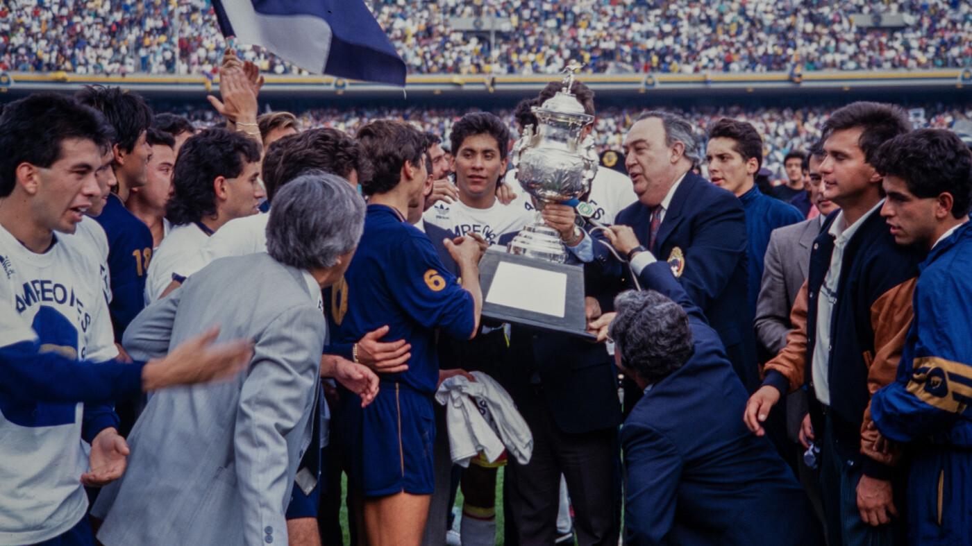 El 'Inmortal' Jorge Campos levantó la copa.
