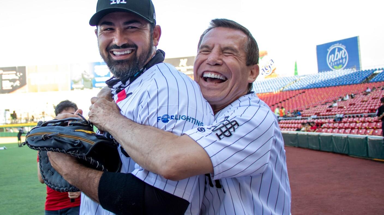 Julio César Chávez lanzó la primera bola en el partido de Mariachis de Guadalajara
