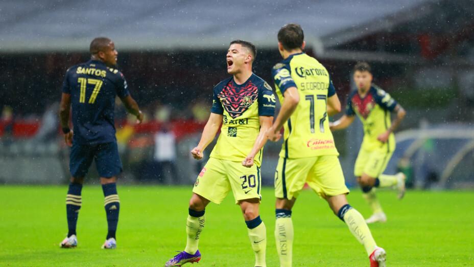 Richard Sánchez celebra un gol con el América