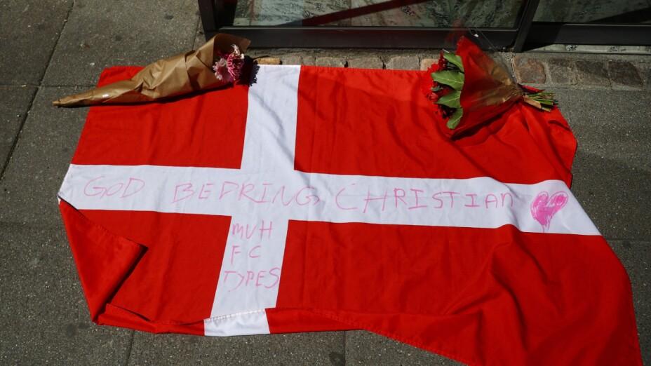El nombre de Christian Eriksen en la bandera de Dinamarca