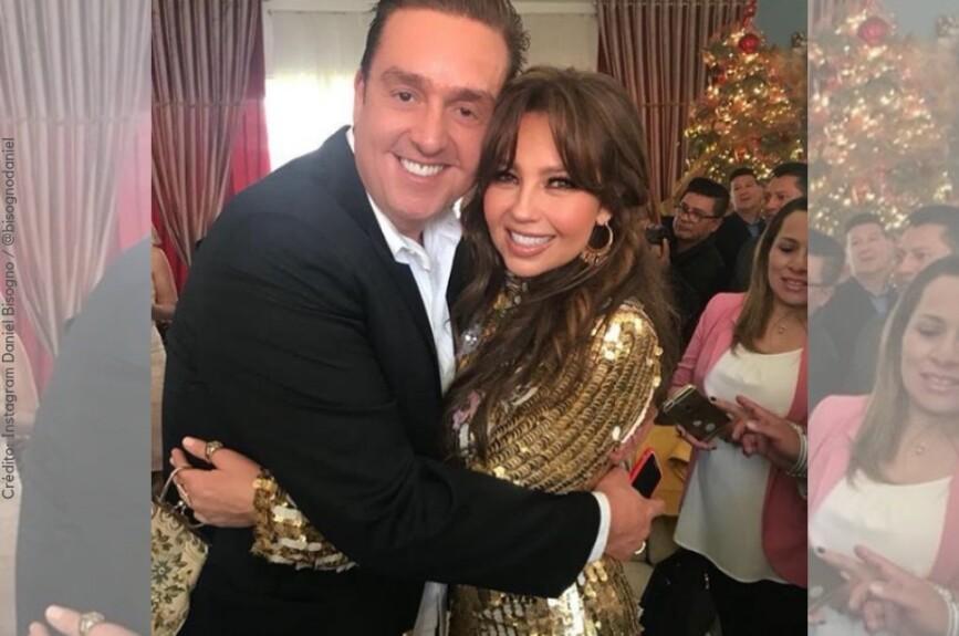 Casi ni se nota el gusto que le dio a Bisogno posar junto a la guapa y talentosa Thalía.