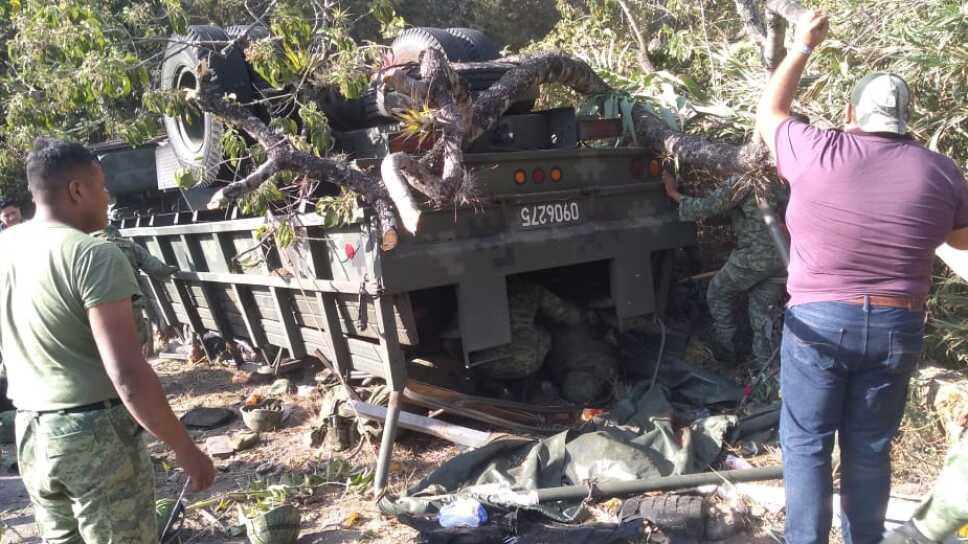 Volcadura deja tres soldados muertos y 35 lesionados en Oaxaca