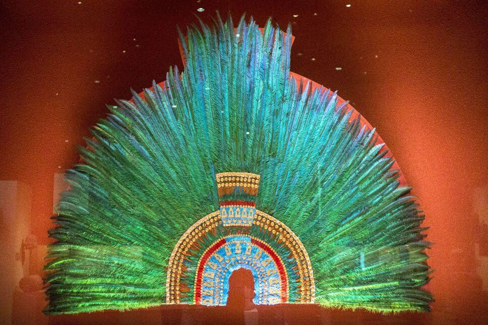 Copia del Penacho de plumas atribuido a Moctezuma.jpg