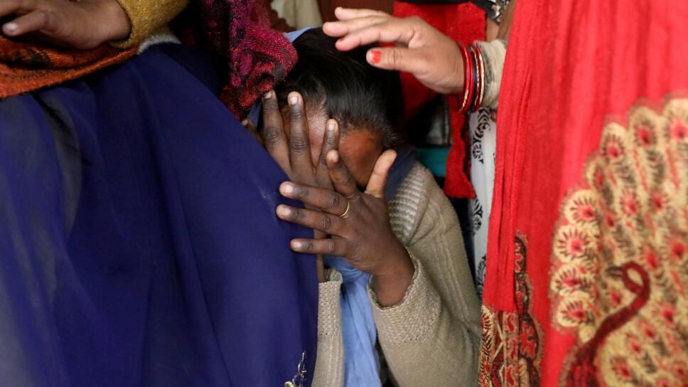 Un pariente de la víctima de violación de 23 años de edad, que murió en un hospital de Nueva Delhi el viernes después de haber sido quemada por una banda de hombres, entre los que se encontraban sus presuntos violadores, es consolada mientras llora la
