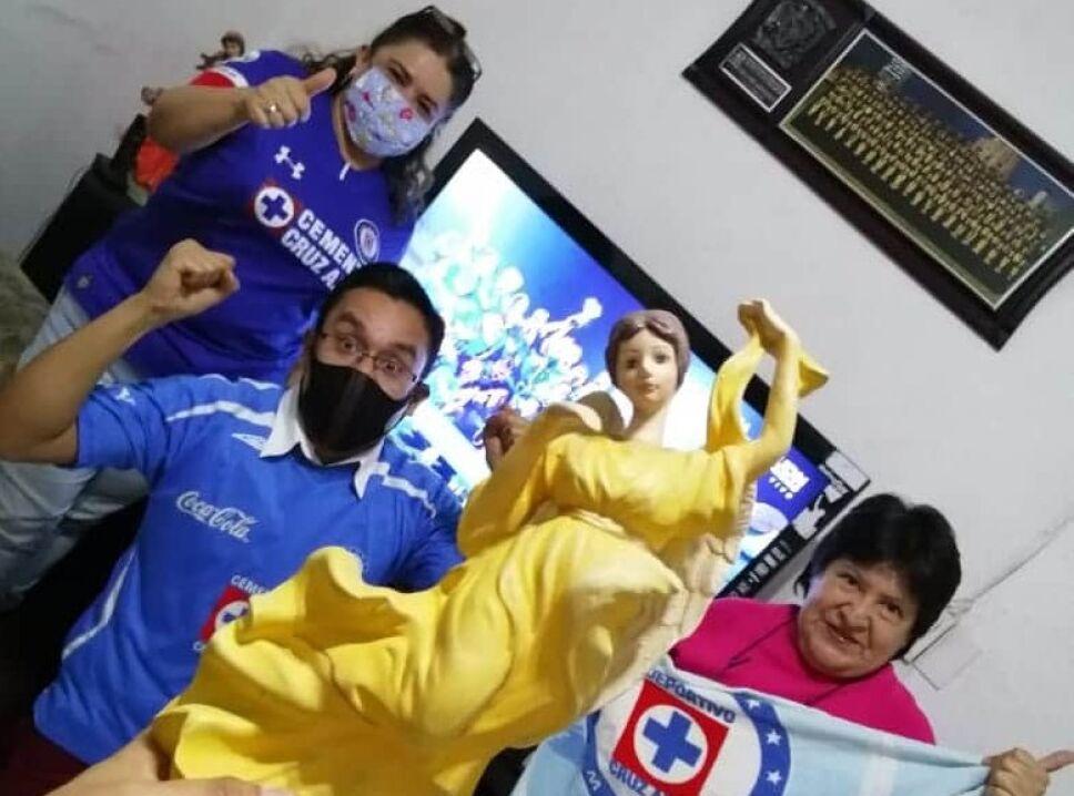 Festejan aficionados del Cruz Azul