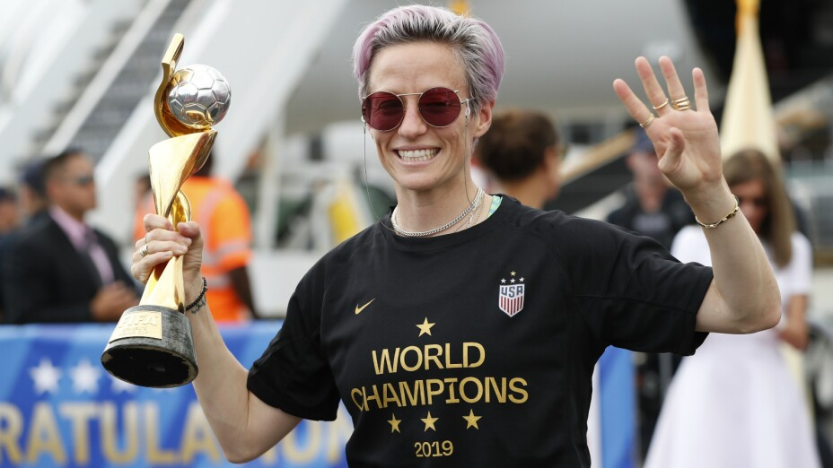Megan Rapinoe, de la selección de Estados Unidos, sostiene el trofeo a la mejor jugadora del Mundial, tras su regreso a Newark, Nueva Jersey, el lunes 8 de julio de 2019. Imagen: AP