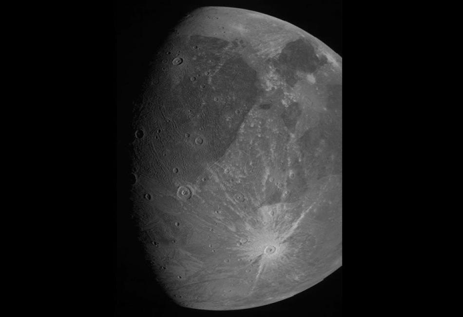 Ganímedes es la Luna más grande en nuestro Sistema Solar y no había sido capturada tan de cerca en más de 20 años. Su tamaño es mayor al de Mercurio con un radio de 2 631.2 kilómetros. Crédito: NASA, JPL-Caltech, SwRI y MSSS.