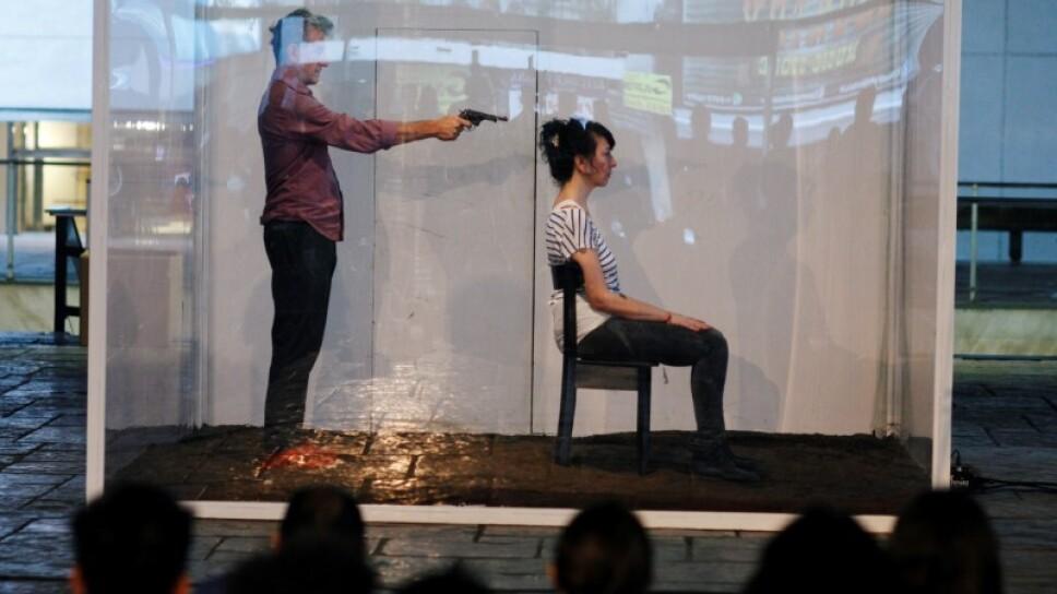 """FOTO DE ARCHIVO: Actores interpretan una obra de teatro titulada """"Ya no muero, ya no más"""", centrada en la violencia de género, del director Fernando Rubio en Buenos Aires"""