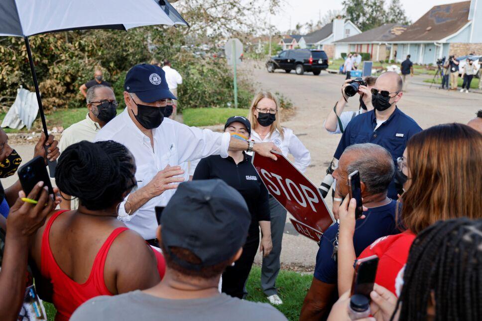 Biden recorre zona devastada por huracán Ida en Louisiana.