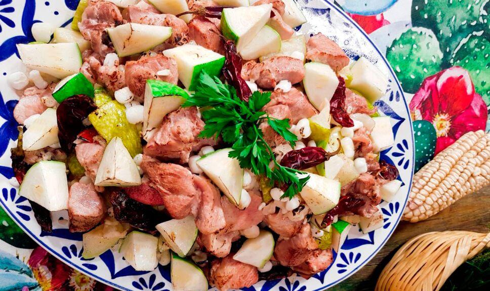 Cerdo elote cacahuazintle y chilacayotes