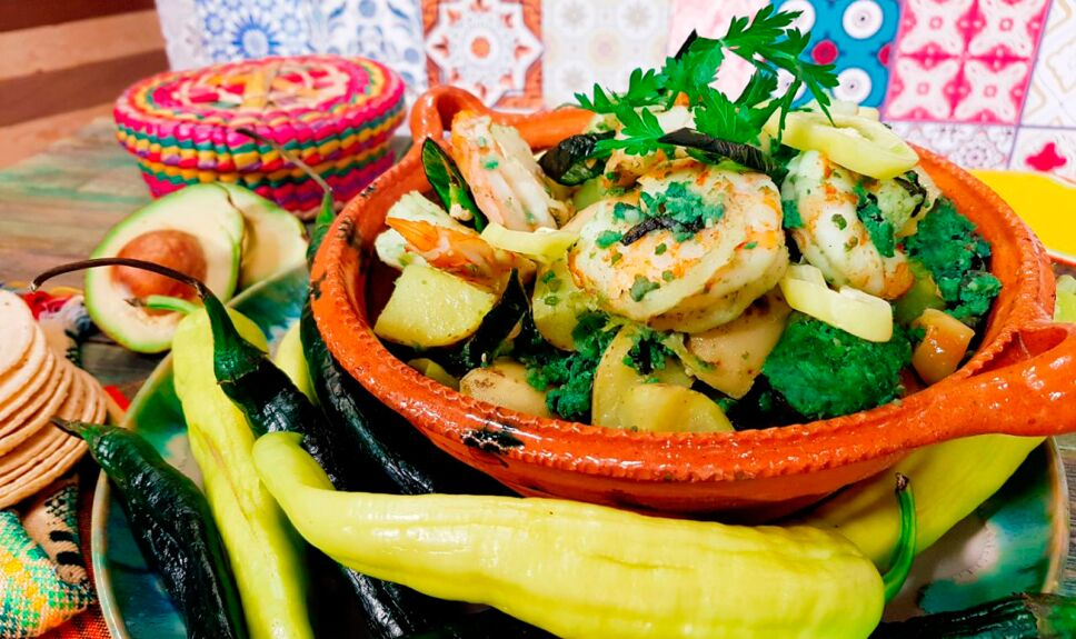 Cazuela de camarones con chorizo verde, chilacas y papitas