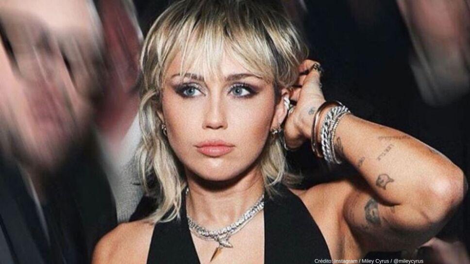 Miley Cyrus se descuidó y enseñó un seno.