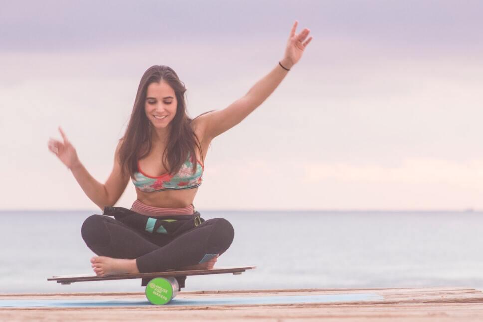 mujer balanceandose