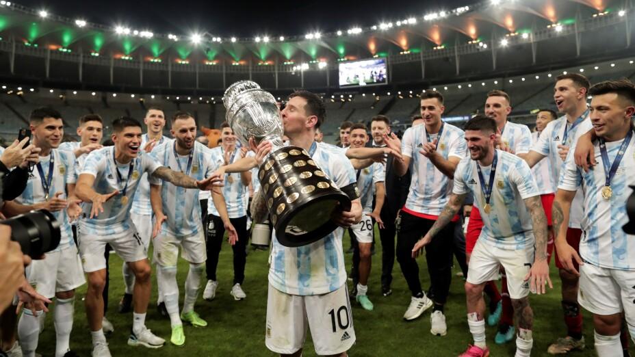 Messi besa el trofeo de la Copa América