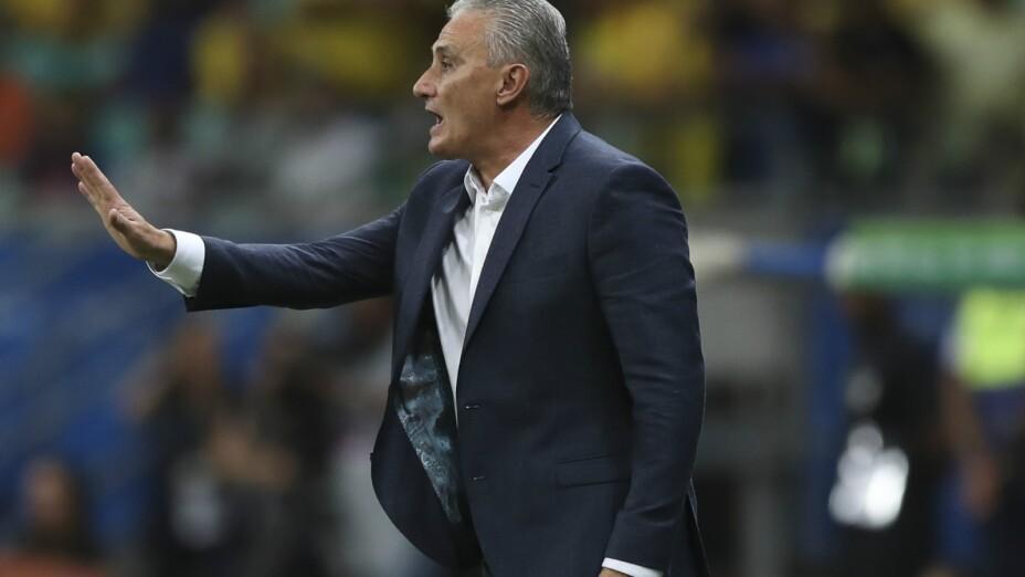 El técnico de Brasil Tite da instrucciones a sus jugadores durante el partido de la Copa América contra Venezuela en la Arena Fonte Nova, en Salvador, Brasil, el martes 18 de junio de 2019. Imagen: AP