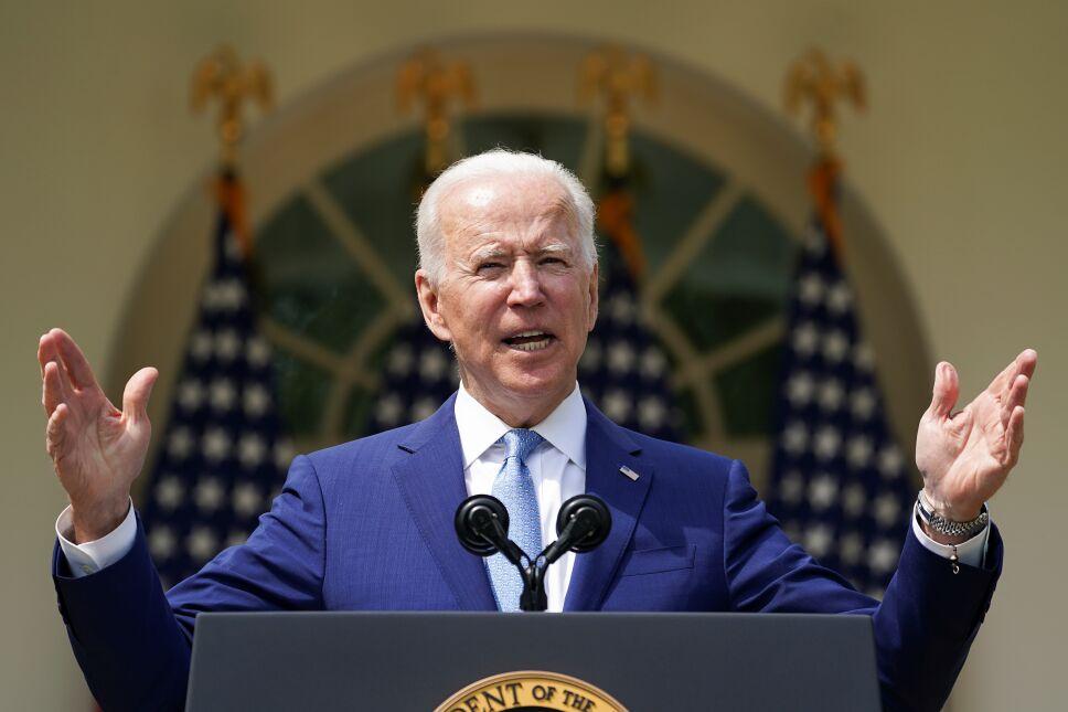 Biden anuncia medidas limitadas contra venta de armas en EU