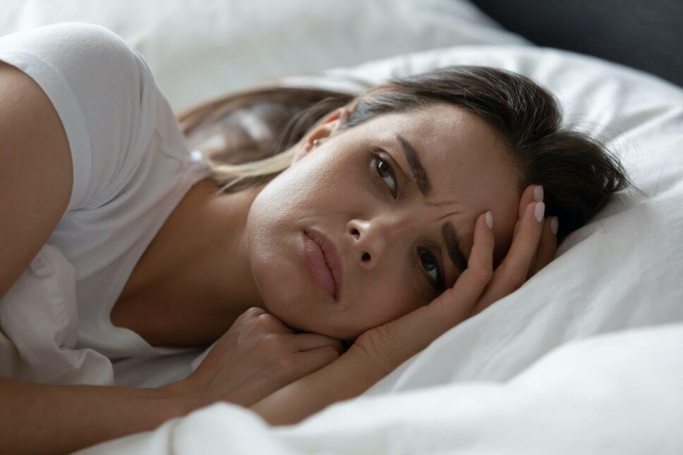 ¿Por qué repasamos nuestras preocupaciones antes de dormir?