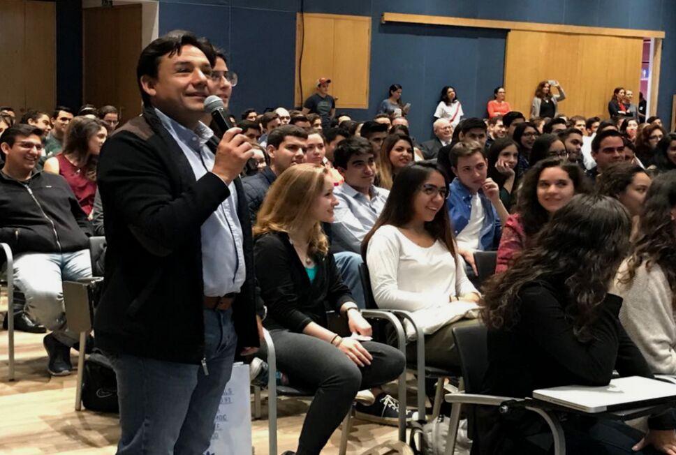 Esteban Macias interactuando con los universitarios de la UP