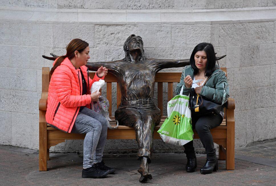 Con una estatua conmemoran el natalicio del líder de Los Beatles, John Lennon.