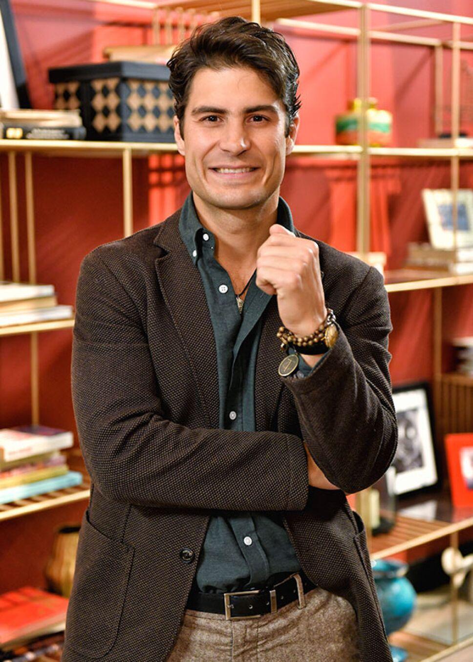 Alejandro Sirvent es Antonio en Educando a Nina