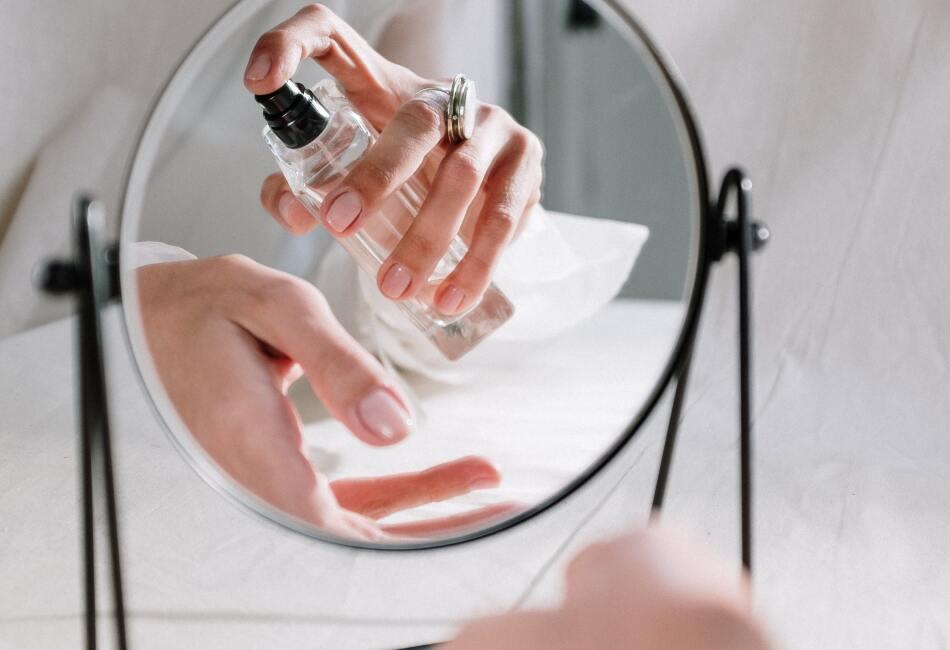 Colócalo después de hidratar tu piel. El momento en que aplicas tu perfume es muy importante, por eso se recomienda rociarlos después de humectar la piel.