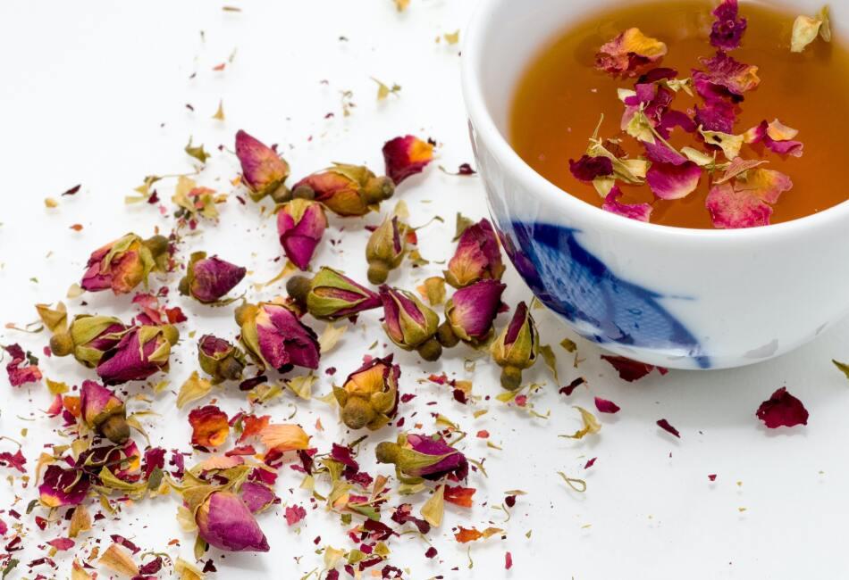 Todos los tés son beneficiosos para la salud por su alto contenido de antioxidantes y por provenir de algunas flores o plantas, pero existen 4 tés que se consideran los mejores para la salud y que debes tener en casa.