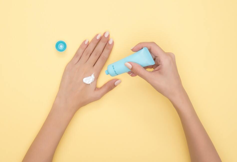 Usa la crema de tu fragancia. Muchas líneas de perfume también lanzan productos de baño inspirados en la fragancia como jabones, humectantes corporales y cremas para manos.