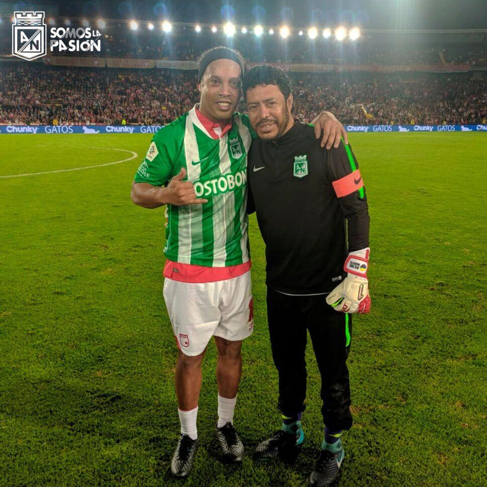 Ronaldinho y René Higuita.jpeg