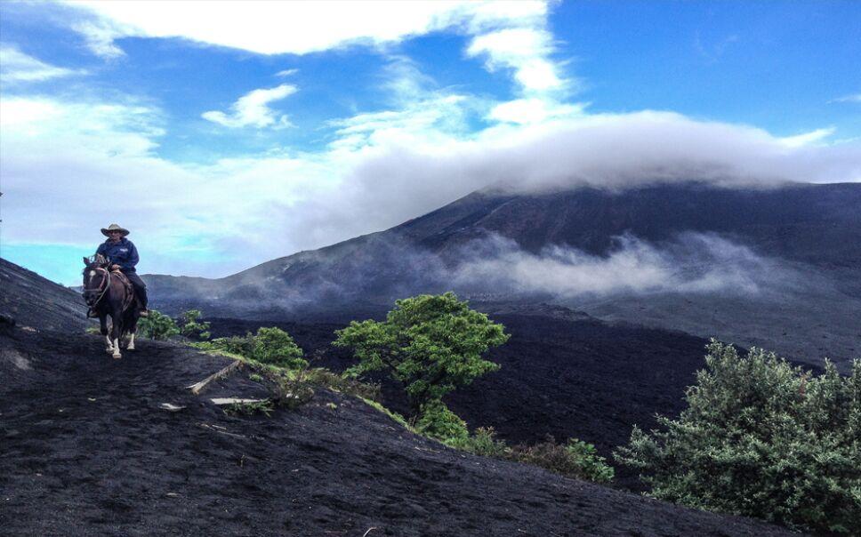 Volcán de Pacaya, uno de los destinos turísticos más importantes en Guatemala