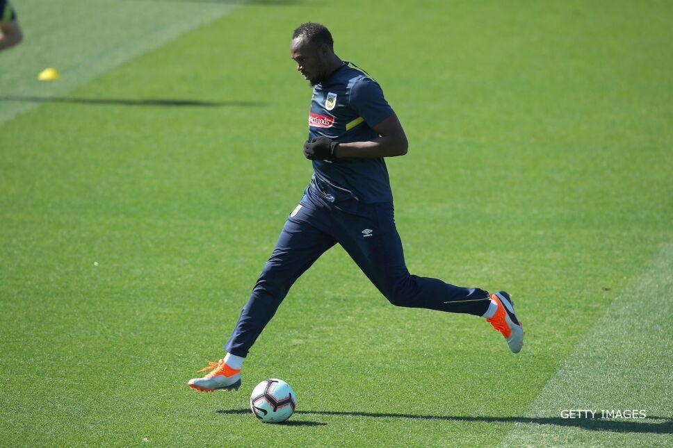 Usain Bolt jugando futbol