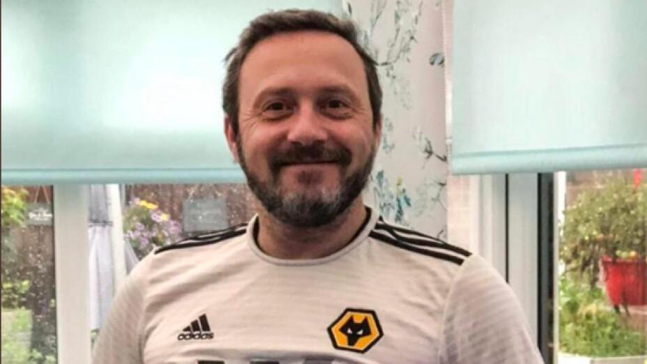 Wolverhampton regala jersey a hombre que simuló el uniforme con la blusa de su esposa